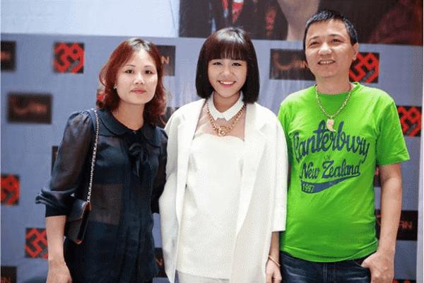 Văn Mai Hương cùng bố mẹ trong khoảng thời gian tham dự Việt Nam Idol