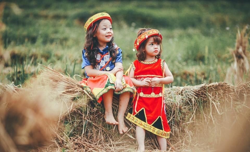 Hai chị em ngồi bên bờ nương